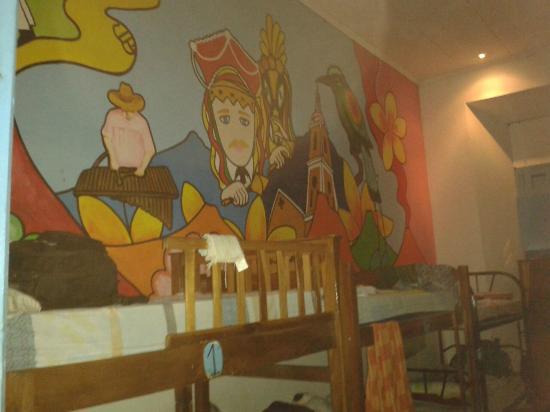 Backyard Hostel: Pinturas en las habitaciones