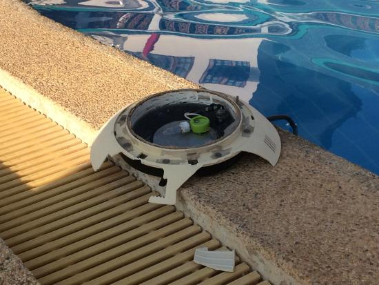 Phangan Orchid Resort: Toutes les lampes de la piscine à l'extérieur et cassées, fils à nus dans l'eau