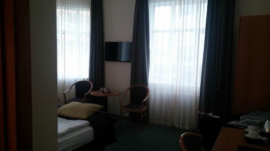 CenterHotel Skjaldbreid: Nice big windows with great blackout curtains.
