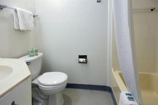 Motel 6 Palm Bay: Bathroom
