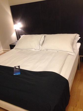Radisson Blu 1919 Hotel, Reykjavik : Simple room and bed for two