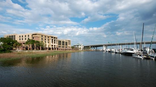 Hilton Garden Inn Charleston Waterfront/Downtown : Hotel Exterior and Ashley Marina