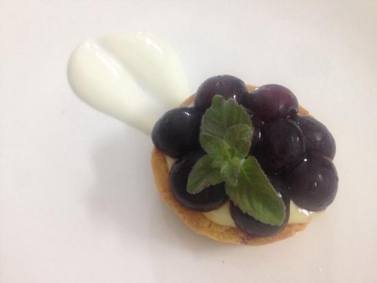 Ristorante Pizzeria Pulcinella: Tartelletta con crema allo yogurt e ciliege