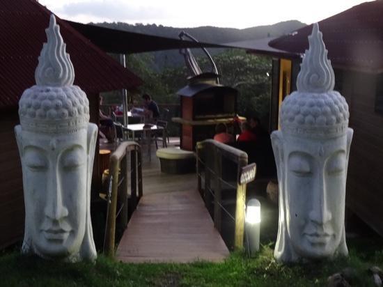 Farino, Ny-Caledonia: l'entrée du lodge exprime déjà l'ambiance