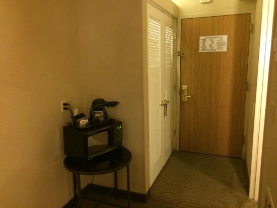 Doubletree Houston Intercontinental Airport : Dark corner with a microwave and coffee maker - Room 720