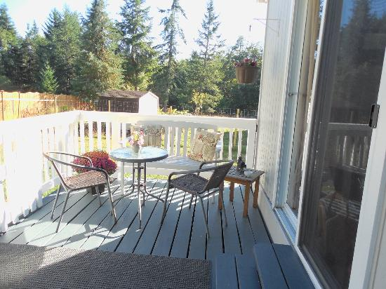 Denman Island, Canada: outdoor deck area