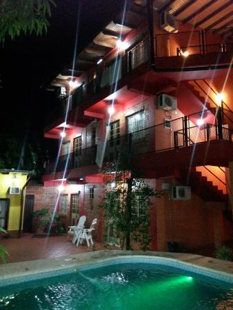 Puerto Canoas: Patio, habitaciones en pisos