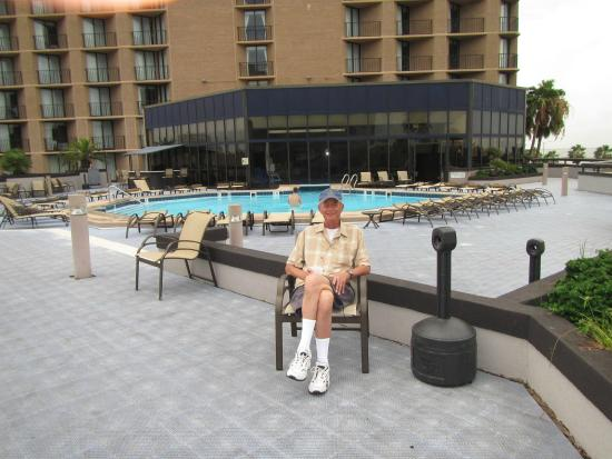 Holiday Inn Corpus Christi Downtown Marina: Outdoor/Indoor pool deck on the 3rd floor.  Very nice!