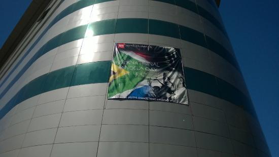 Ibis Antananarivo Ankorondrano: Facade de l'entrée (Mandela day )