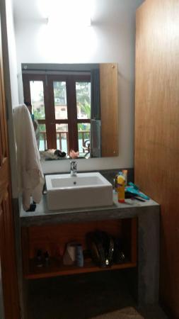 Handagedara Resort: Раковина находится отдельно от душевой и туалета