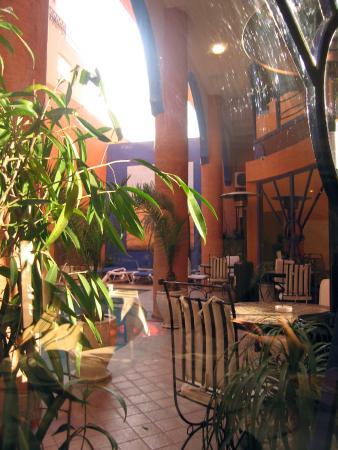 Les Trois Palmiers : Courtyard