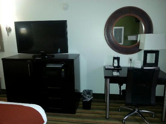 Holiday Inn Express & Suites Huntsville Airport: Hotel room