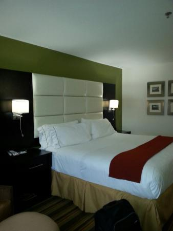 Holiday Inn Express & Suites Huntsville Airport: Bed