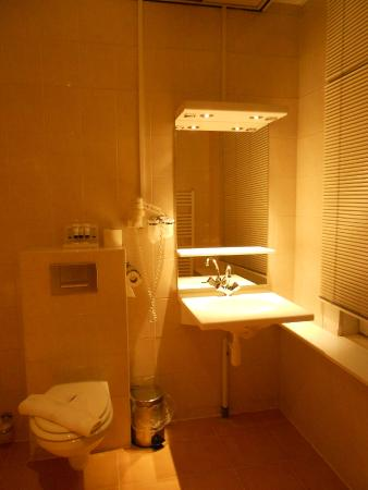 Hotel Milano : Bathroom/there was a bathtub, not a shower