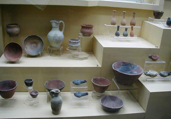 Moknine, Tunesien: Many pottery exhibits