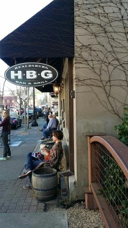 Healdsburg Bar & Grill: Out front. ..