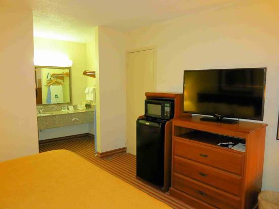 Quality Inn Madison : TV, refrigerator and microwave