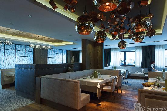 Sala pranzo (moderna) - Picture of Hotel Schwarzenstein, Lutago ...
