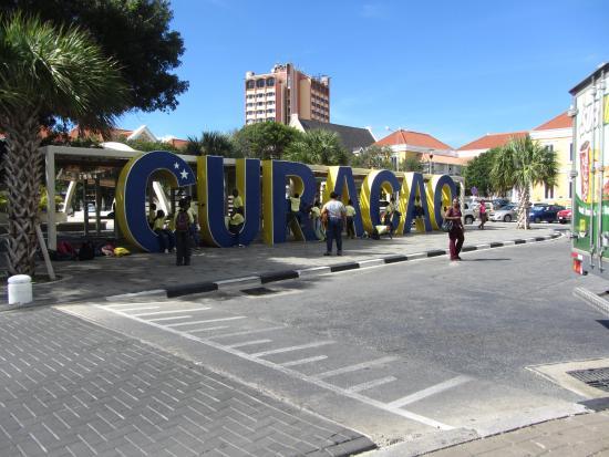 Plein Cafe Wilhelmina: School children in Curacao sign