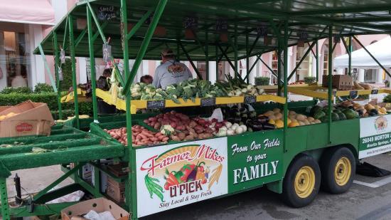 Third Street South: Veggie stand