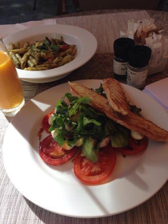 The Garden Lounge & Patio: Penne ao pesto e salada