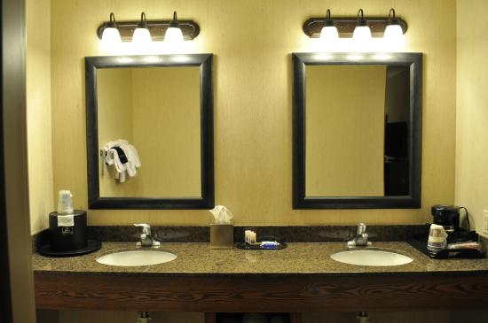 Bathroom picture of best western plus bryce canyon grand for Best western bathrooms