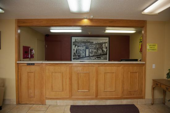 Super 8 by Wyndham Richmond: Registration Desk