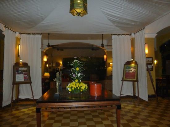 Bureau meuble parquet en beau bois et style colonial photo