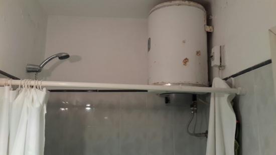 Hotel Florinda: Calefon dentro de la ducha. La silla eléctrica es una bicoca al lado de esto