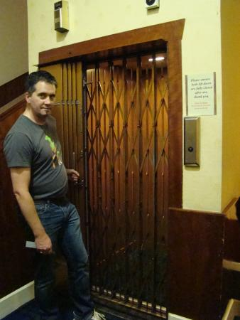 Kirkwall Hotel: Probably the oldest and most beautiful elevator I have been in