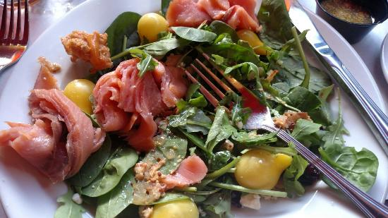 Kelly's: Smoked salmon and spinach salad