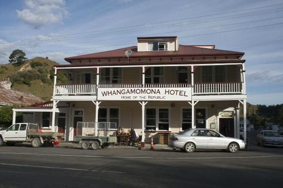 Whangamomona Hotel: Front of the hotel on a warm summer afternoon
