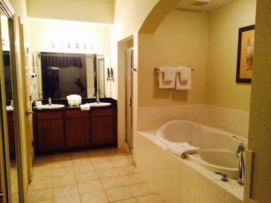 Lake Buena Vista Resort Village & Spa: Quarto com suíte e banheira de hidromassagem, closet com cofre digital grande. Aspirador de pó,