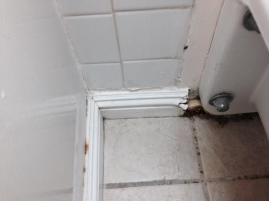Uncle Billy's Kona Bay Hotel: bathroom