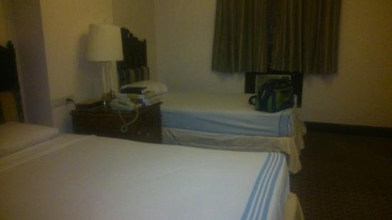 Camelot Hotel: guest room
