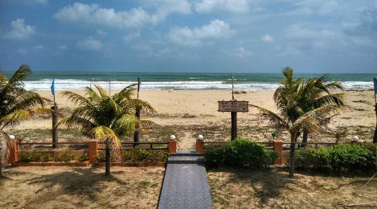 Batu Burok Beach Resort: Beach area (view from room)
