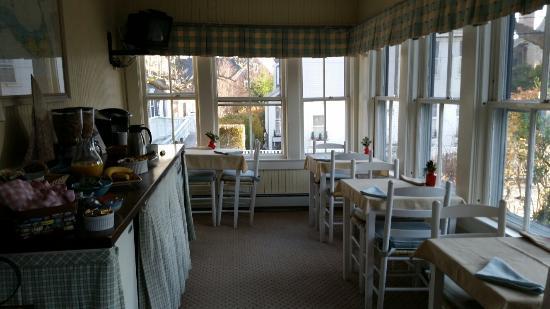The Carlisle House Inn: Breakfast porch!