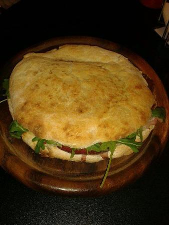 Asti, Italia: Saltimbocca rucola, bresaola e scaglie di parmigiano.