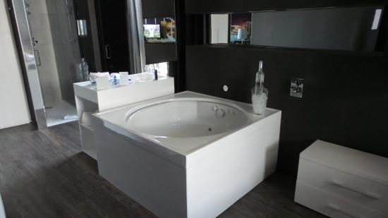 Jacuzzi room photo de hotel sb plaza europa l for Bathroom traduction