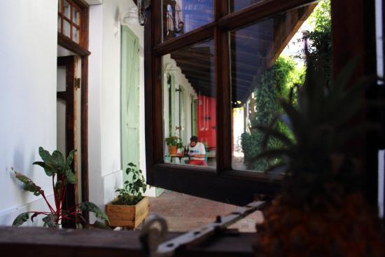La Grenadine : Blick von der Allgemeinküche in den Hof