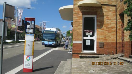 AMG Motel & Serviced Apartments: parada de buses.. una de ellas.