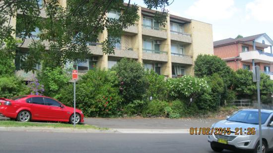AMG Motel & Serviced Apartments: vista desde la calle de los balcones de las habitaciones