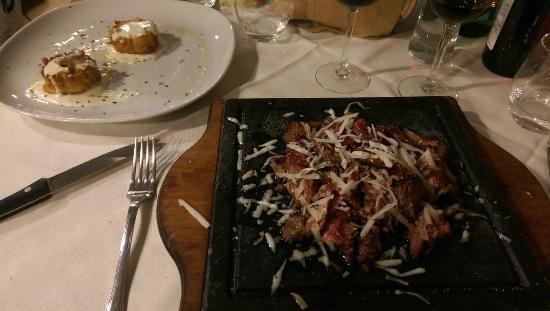 Garum: Tagliata di BlackAngus con pecorino e pomodori secchi, Crostatina di pasta con crema di patate