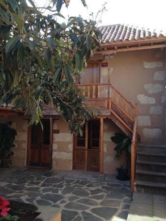 Hotel Rural El Mondalon: The Courtyard