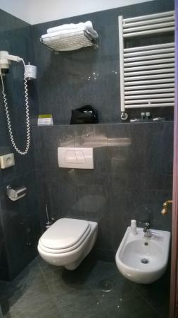 Exe Hotel Della Torre Argentina: Toilette mit Bidet und Föhn