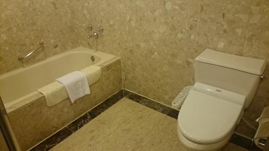 Carlton Hotel - Beida Branch: シャワーブースが別にあるバスルーム