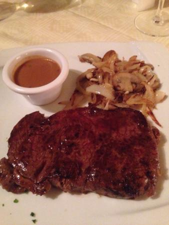 Mangos Restaurant: Medium Steak..huge for an early-bird menu :-)