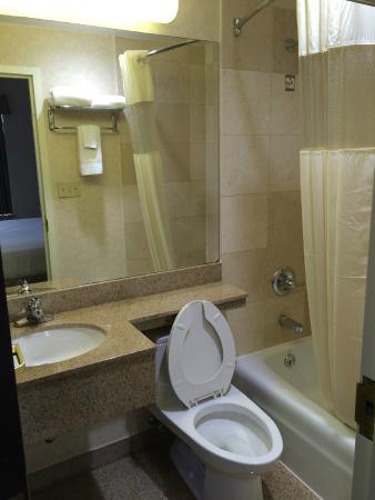 Days Inn Jamaica - Jfk Airport: Ванная комната