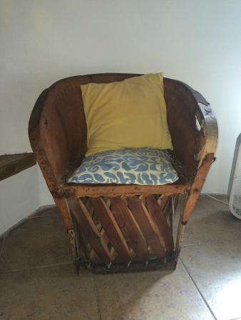 Amaranto Bed and Breakfast: Старинное кресло