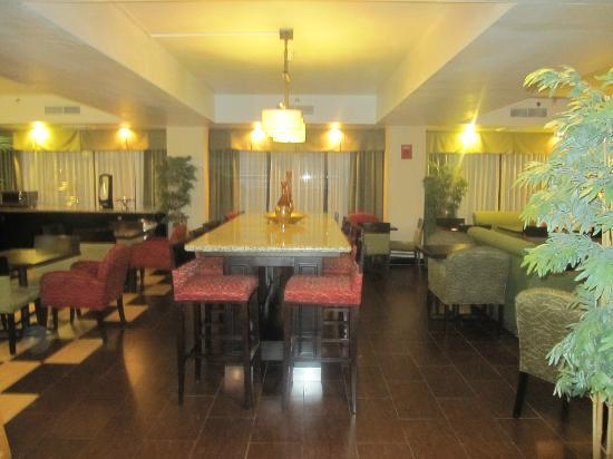 Best Western Plus Mesa: breakfast room in lobby
